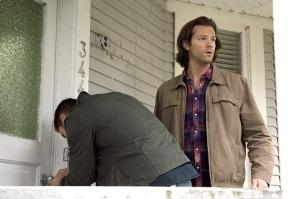 Supernatural-season-11-episode-5-Dean-picking-lock-Sam
